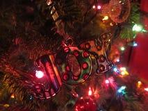 Weihnachtsfreudenverzierung auf Baum lizenzfreie stockbilder
