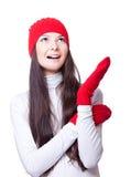 Weihnachtsfrohe Frau in der roten Schutzkappe stockbilder