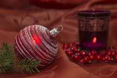 Weihnachtsfunkeln-Kugel mit Kerze Stockbilder