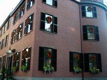 Weihnachtsgebäude abgedeckt mit Wreaths Stockbild