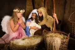 Weihnachtsgeburt christi mit Engel stockbild