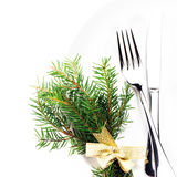 Weihnachtsgedeck mit festlichen Dekorationen auf weißer Platte Stockfotografie