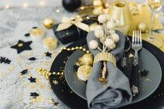 Weihnachtsgedeck mit Golddekorationen lizenzfreies stockfoto