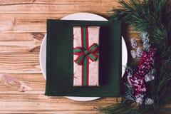 Weihnachtsgedeck mit Weihnachtsdekorationen, Draufsicht, Copyspace Stockbild