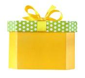 Weihnachtsgelbe Geschenkbox mit einem Bogen lokalisiert auf Weiß mit Beschneidungspfad Lizenzfreie Stockbilder