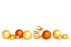 Weihnachtsgelbe Kugeln getrennt auf Weiß lizenzfreie stockfotografie