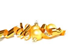 Weihnachtsgelbe Kugeln und -farbband getrennt auf whi stockbild