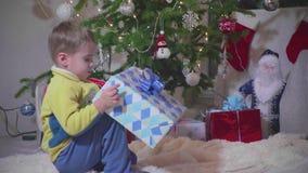 Weihnachtsgeschenküberraschung Ein Kind öffnet Geschenk Neues Jahr und Weihnachten stock video footage
