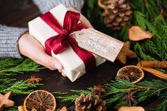 Weihnachtsgeschenk auf dem antiken hölzernen Hintergrund Lizenzfreie Stockbilder