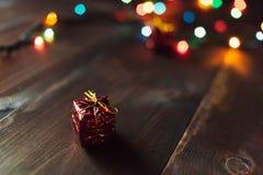 Weihnachtsgeschenk auf dem Holztisch Lizenzfreies Stockbild