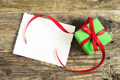 Weihnachtsgeschenk auf einem Holztisch stockfoto