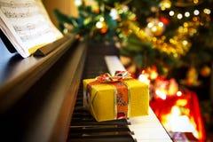Weihnachtsgeschenk auf Klavier Stockfotos