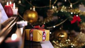 Weihnachtsgeschenk auf Klavier stock video footage