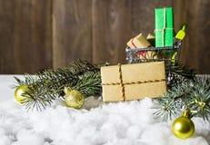 Weihnachtsgeschenk auf Schnee Lizenzfreie Stockbilder