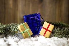Weihnachtsgeschenk auf Schnee Lizenzfreies Stockbild