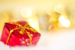 Weihnachtsgeschenk auf Schneemakro Stockbild