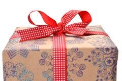 Weihnachtsgeschenk auf weißem Hintergrund stockbilder
