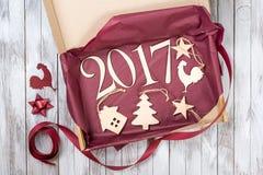 2017 Weihnachtsgeschenk der hölzernen Dekoration Kopieren Sie Raum für Ihren Text Neues Jahr des Hahns Lizenzfreie Stockfotografie