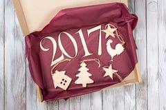 2017 Weihnachtsgeschenk der hölzernen Dekoration Kopieren Sie Raum für Ihren Text Neues Jahr des Hahns Stockbild