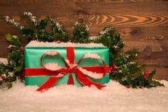 Weihnachtsgeschenk eingewickelt im Grünbuch mit rotem Band Lizenzfreies Stockbild
