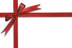 Weihnachtsgeschenk eingewickelt im recht roten Bogen lizenzfreie stockfotos