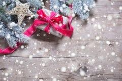 Weihnachtsgeschenk in eingewickeltem Kasten-, Stern- und Niederlassungspelzbaum O Stockbild