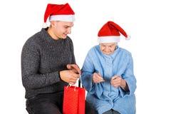 Weihnachtsgeschenk für eine schöne Großmutter Lizenzfreie Stockfotografie