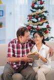 Weihnachtsgeschenk für geliebte Frau Stockbilder
