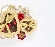 Weihnachtsgeschenk-Goldkästen auf weißem Hintergrund Draufsicht mit Kopienraum Abstraktes Hintergrundmuster der weißen Sterne auf Lizenzfreie Stockbilder