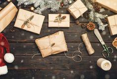 Weihnachtsgeschenk handgemacht auf altem Holztisch mit Weihnachten es Stockfoto