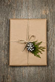 Weihnachtsgeschenk im braunen Papier gebunden mit Zeichenkette Stockfotografie