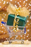 Weihnachtsgeschenk im Einkaufswagen Lizenzfreies Stockfoto