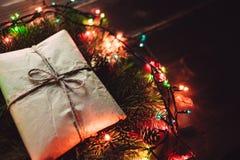 Weihnachtsgeschenk im Kranz Lizenzfreies Stockfoto