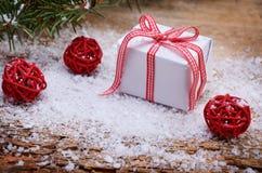 Weihnachtsgeschenk im Schnee Lizenzfreie Stockfotografie