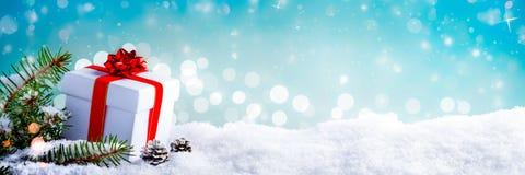 Weihnachtsgeschenk im Schnee stockfotografie