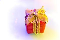 Weihnachtsgeschenk im weißen Hintergrund Lizenzfreie Stockfotografie