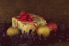 Weihnachtsgeschenk im Weinlesepapier Stockfotos