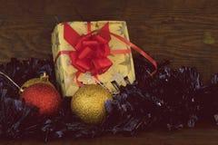 Weihnachtsgeschenk im Weinlesepapier Stockbild