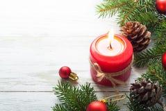 Weihnachtsgeschenk, -kerze und -dekorationen Stockfotografie