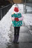 Weihnachtsgeschenk-Kind stockfoto