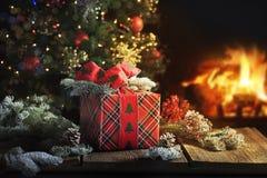 Weihnachtsgeschenk mit Baum und warmem Feuer Stockfoto