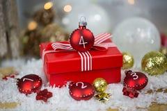 Weihnachtsgeschenk mit Christbaumkugeln, mit Zahlen Stockbild
