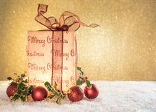 Weihnachtsgeschenk mit Dekorationen lizenzfreies stockfoto