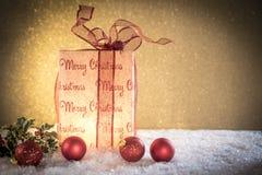 Weihnachtsgeschenk mit Dekorationen lizenzfreie stockfotos