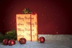 Weihnachtsgeschenk mit Dekorationen lizenzfreie stockfotografie