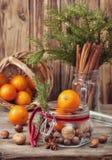 Weihnachtsgeschenk mit Nüssen und Tangerinen Lizenzfreie Stockbilder