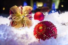 Weihnachtsgeschenk und Balldekoration im Schnee Lizenzfreie Stockbilder