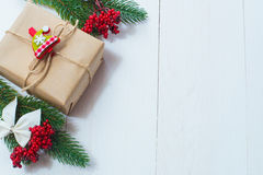 Weihnachtsgeschenk und ein Zweig von Kiefernnadeln auf einem weißen Hintergrund Stockfotos