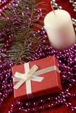 Weihnachtsgeschenk und -kerze Stockfotos