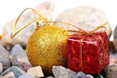 Weihnachtsgeschenk und -kugel Stockfoto